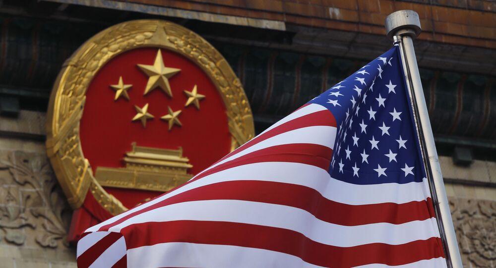 Bandeira dos EUA no fundo do emblema chinês em Pequim, em 9 de novembro de 2017