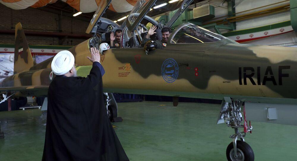 Presidente iraniano, Hassan Rouhani, saudando os pilotos do primeiro caça produzido no país antes da cerimônia de inauguração, Teerã, 21 de agosto de 2018