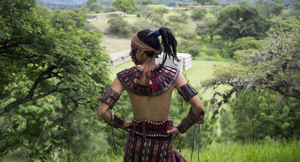 Homem usando traje tradicional maia, em San Martín Jilotepeque, Guatemala, 21 de setembro de 2012