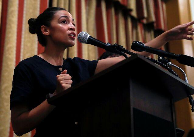 Alexandria Ocasio-Cortez, candidata ao Congresso dos EUA em 2018 pelo distrito de Nova York, fala durante um evento comunitário de campanha no Bronx, na cidade de Nova York.