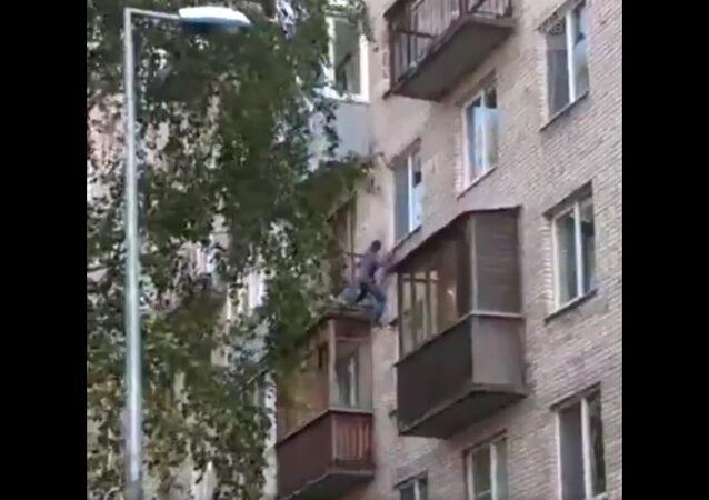 Bêbado metido a Homem-Aranha escala prédio em São Petersburgo