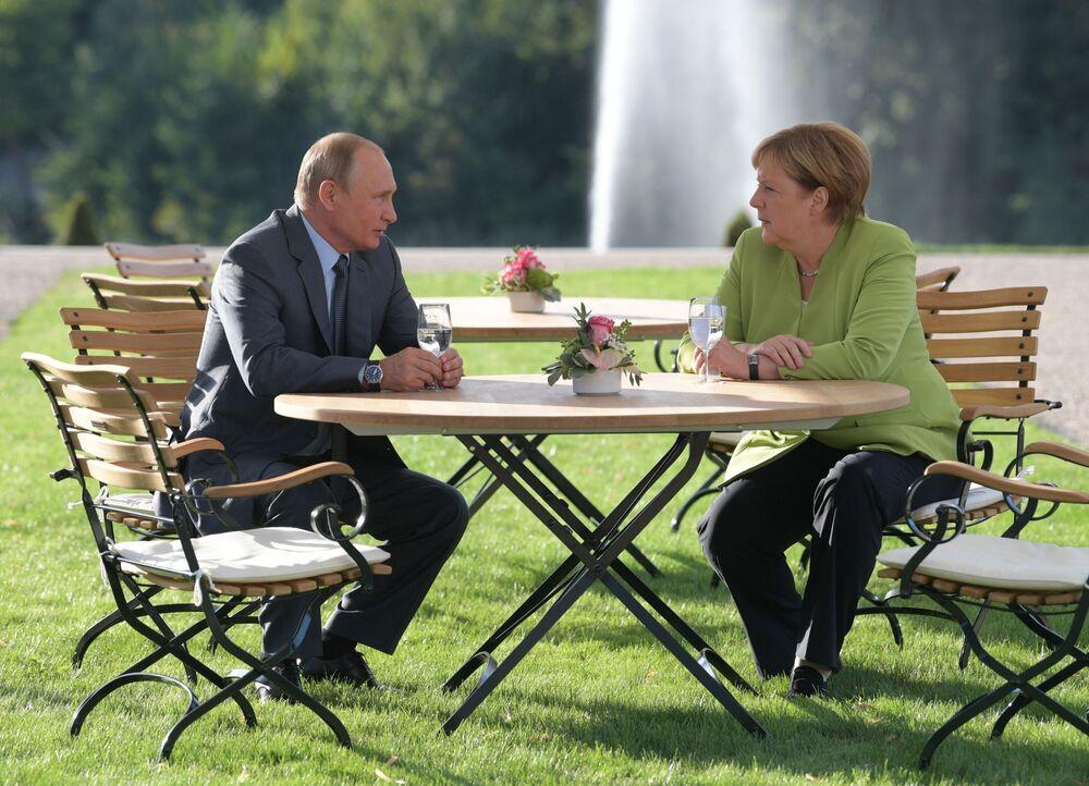 Presidente russo, Vladimir Putin, e a chanceler alemã, Angela Merkel, se encontram em Meseberg, residência oficial do governo alemão