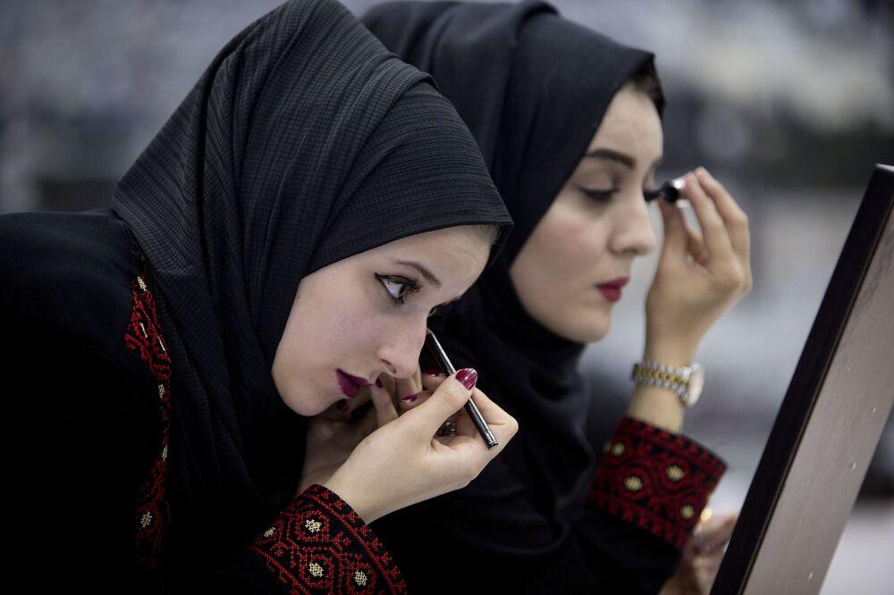 Noivas palestinas se preparam para participar de uma boda coletiva em Ramallah