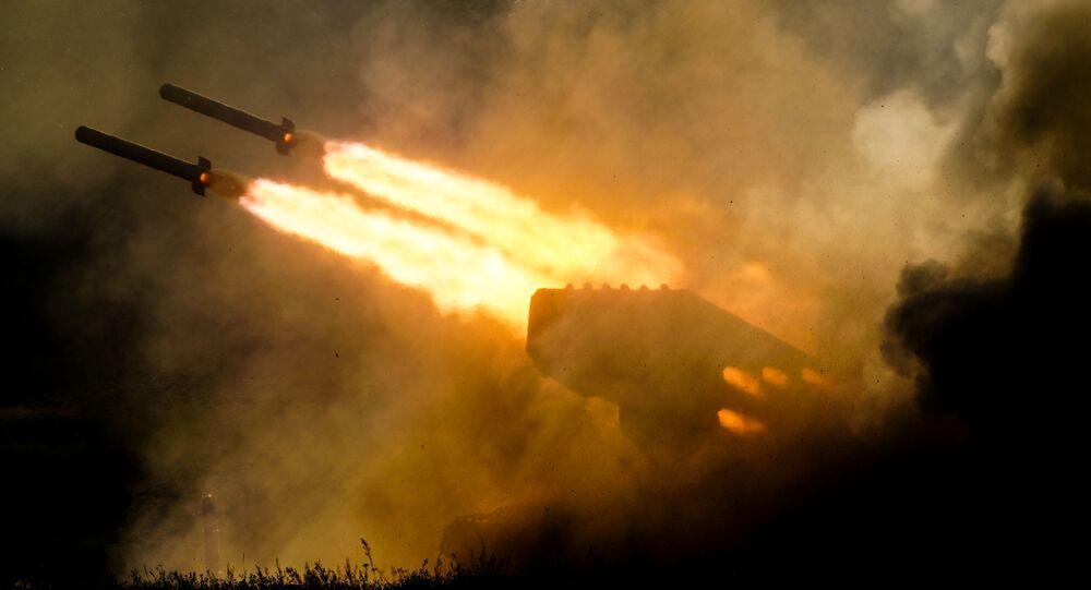 Lançador múltiplo de foguetes TOS-1ª Solntsepyok é mostrado durante uma apresentação dinâmica do fórum militar EXÉRCITO 2018, nos arredores de Moscou