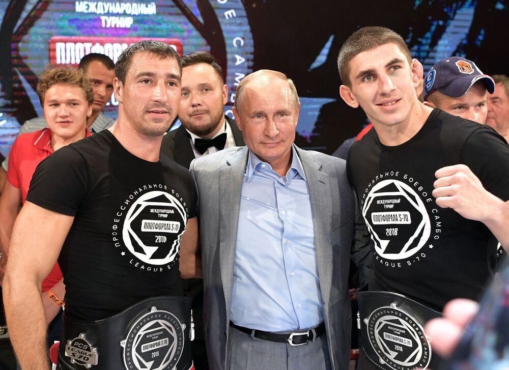 Presidente russo, Vladimir Putin, comparece na cerimônia de condecoração dos vencedores do torneio internacional de sambo Plotforma S-70, na cidade de Sochi
