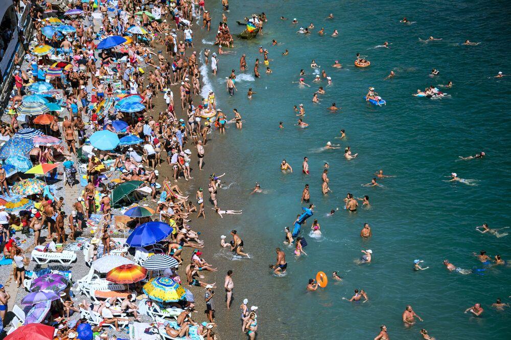 Turistas em uma praia no povoado de Simeiz, na península da Crimeia