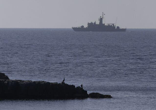 Um navio da Marinha grega no mar Egeu
