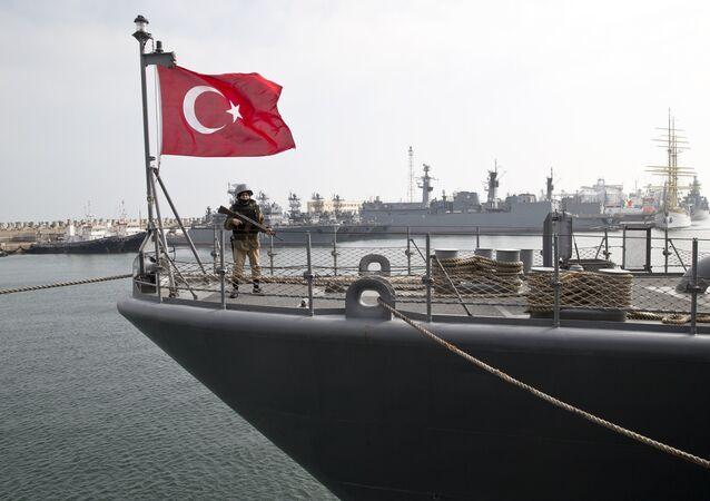 Navio turco durante exercícios conjuntos da Turquia e da OTAN no mar Negro