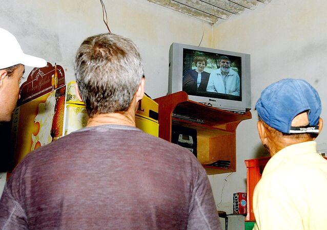Eleitores assistem à propaganda eleitoral em Ceilândia (DF)