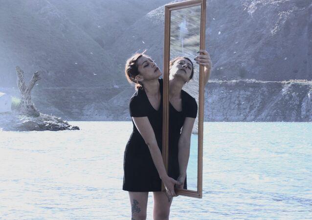 Mulher e espelho (foto referencial)