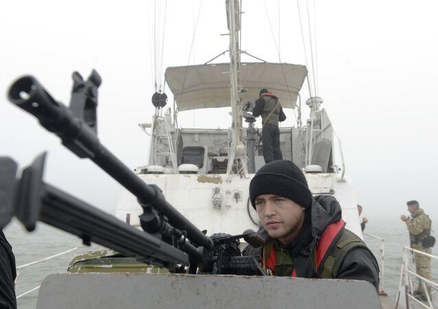 Guardas costeiros ucranianos patrulham a costa do mar de Azov perto de Mariupol, em 16 de outubro de 2014