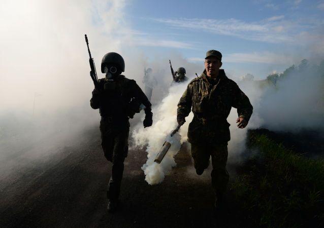 Militares russos de destacamentos de Operações Especiais das Forças Internas russas durante exercícios-testes para obtenção do direito de vestir boina marrom, na região de Novossibirsk.
