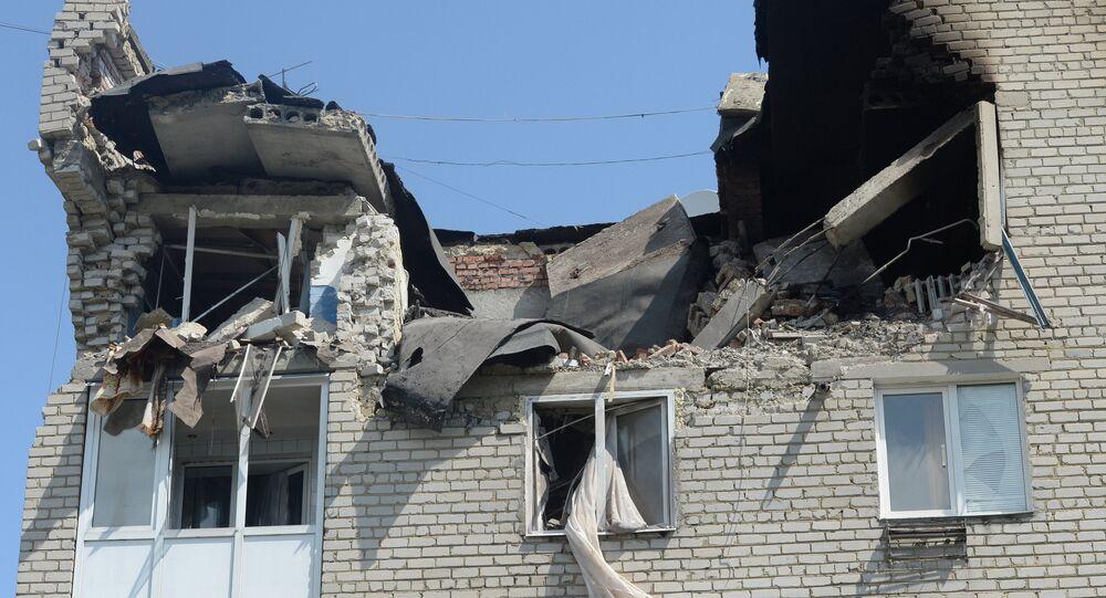 Prédio atingido por ataque de artilharia em Marinka, em 2014