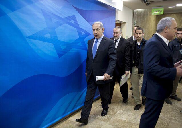 O primeiro-ministro de Israel, Benjamin Netanyahu, chega à reunião semanal de gabinete em seu escritório em Jerusalém (arquivo)
