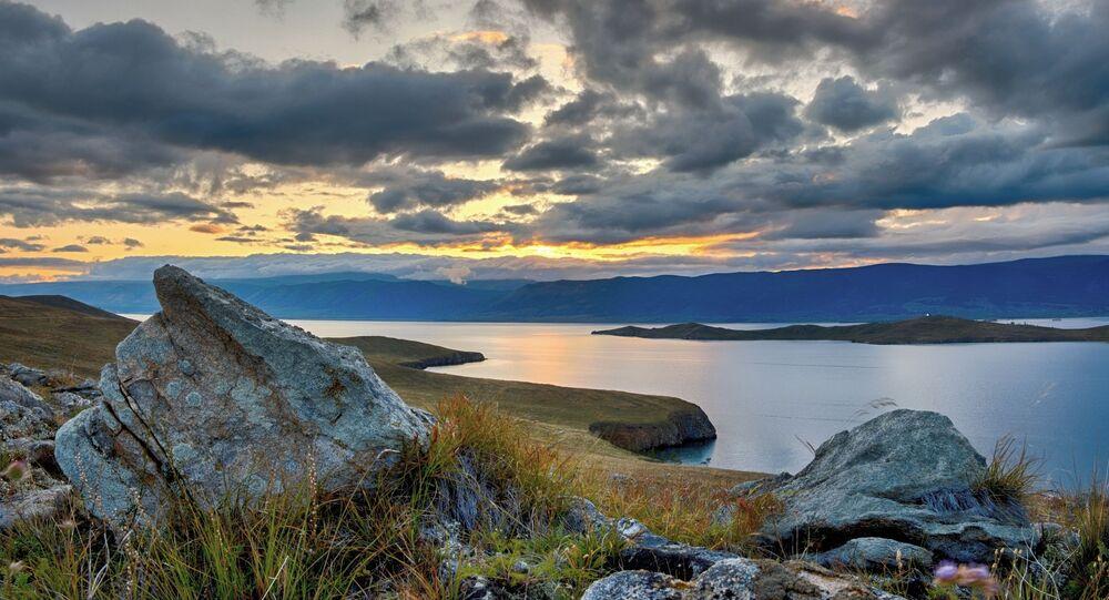 Pôr do sol na ilha de Olkhon, no sudeste da Sibéria, na Rússia