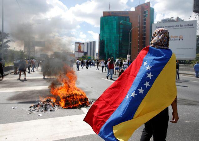 Confronto entre manifestantes e policiais no centro de Caracas, Venezuela