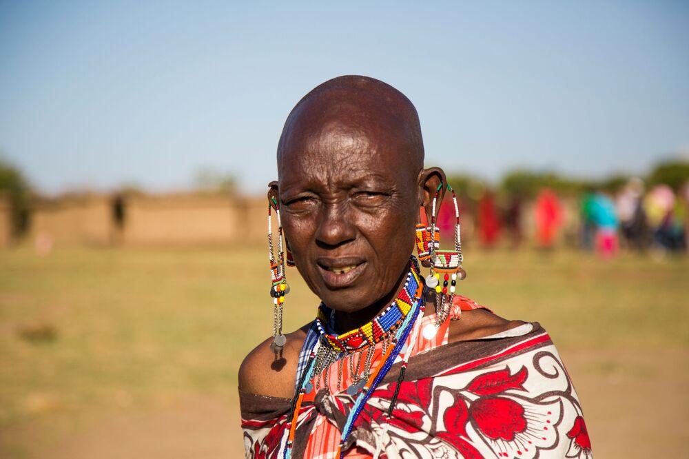 Mulher da tribo masai em traje tradicional do Quênia