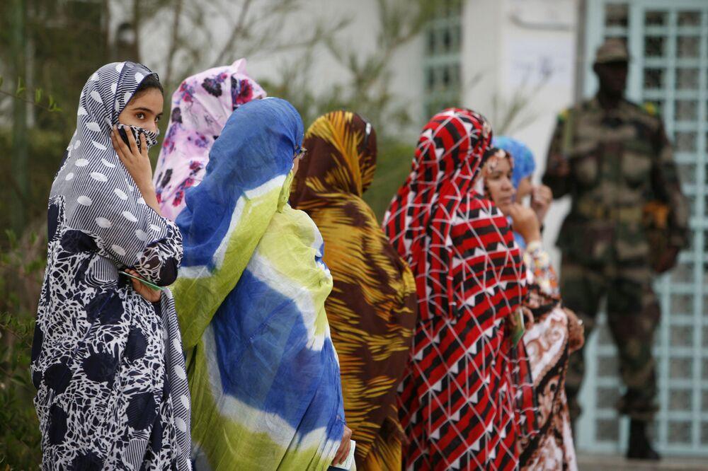 Moças durante as eleições presidenciais na Mauritânia