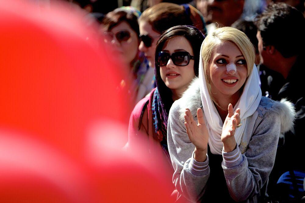 Iraniana com bandeide no nariz comparecendo a uma festa em Teerã