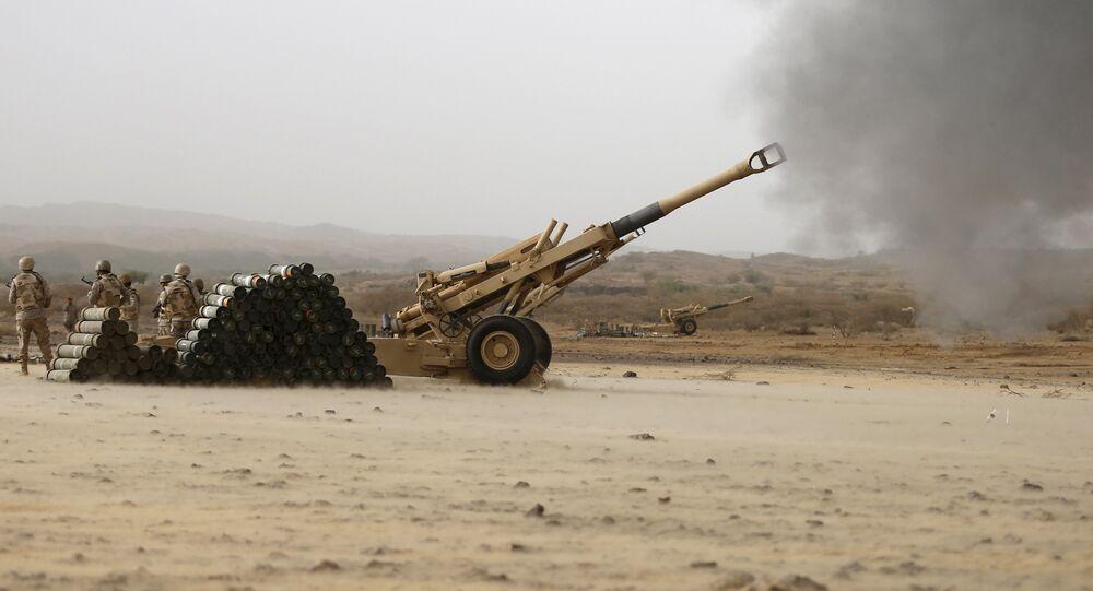 Artilharia do exército saudita em direção às posições houthis na fronteira saudita com o Iêmen