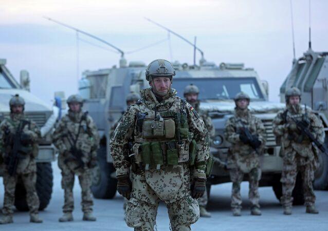 Soldados alemães durante a primeira visita do secretário-geral da OTAN, Jens Stoltenberg, para a base alemã da OTAN, Camp Marmal, em Mazar-i Sharif, no Afeganistão