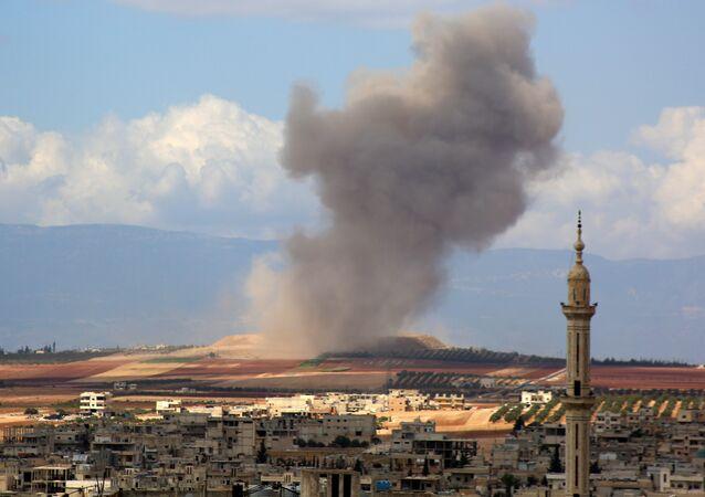 Fumaça sobe na vila síria de Kafr Ain, no sul da província de Idlib, depois de um ataque aéreo em 7 de setembro.