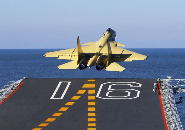 Nesta foto sem data divulgada pela Agência de Notícias Xinhua da China, disponibilizada no domingo, 25 de novembro de 2012, um jato de carga J-15 transportado por um porta-aviões decola do Liaoning.
