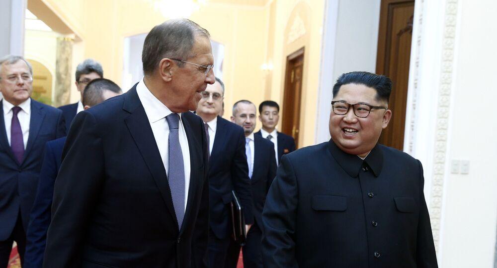O ministro das Relações Exteriores da Rússia, Sergei Lavrov e o líder norte-coreano Kim Jong Un se encontram em Pyongyang.