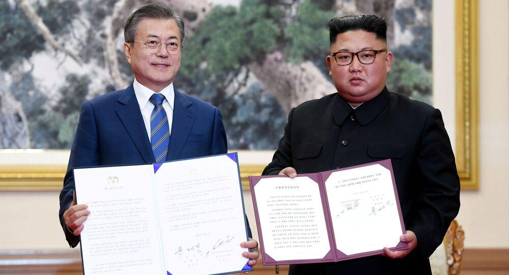 Líder sul-coreano Moon Jae-in e presidente norte-coreano, Kim Jong-un, posam para fotos com a declaração conjunta em Pyongyang, na Coreia do Norte, em 19 de setembro de 2018