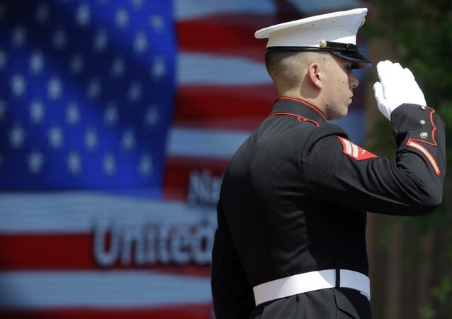Um oficial da Guarda dos Corpos do Corpo de Fuzileiros dos EUA em continência  durante a abertura oficial do Dia Nacional dos EUA.