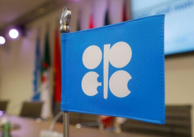 Uma bandeira com o logotipo da Organização dos Países Exportadores de Petróleo (OPEP) fotograda durante uma coletiva de imprensa na sede da OPEP em Viena, Áustria.