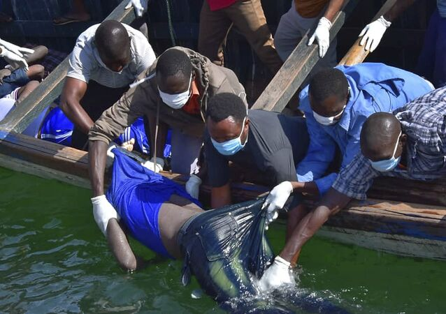 Equipes de resgate recuperam um corpo nas águas do Lago Victoria, na Tanzânia, após acidente com embarcação que deixou quase 200 mortos.