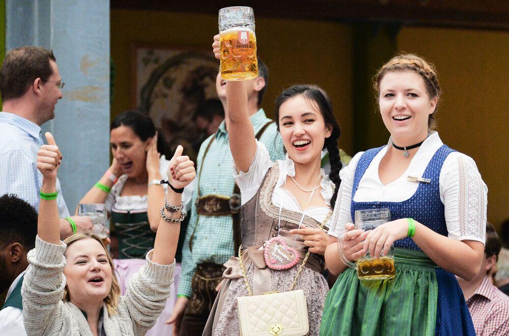 Moças participam da cerimônia de abertura do festival de cerveja Oktoberfest, em Munique, na Alemanha, em 22 de setembro de 2018