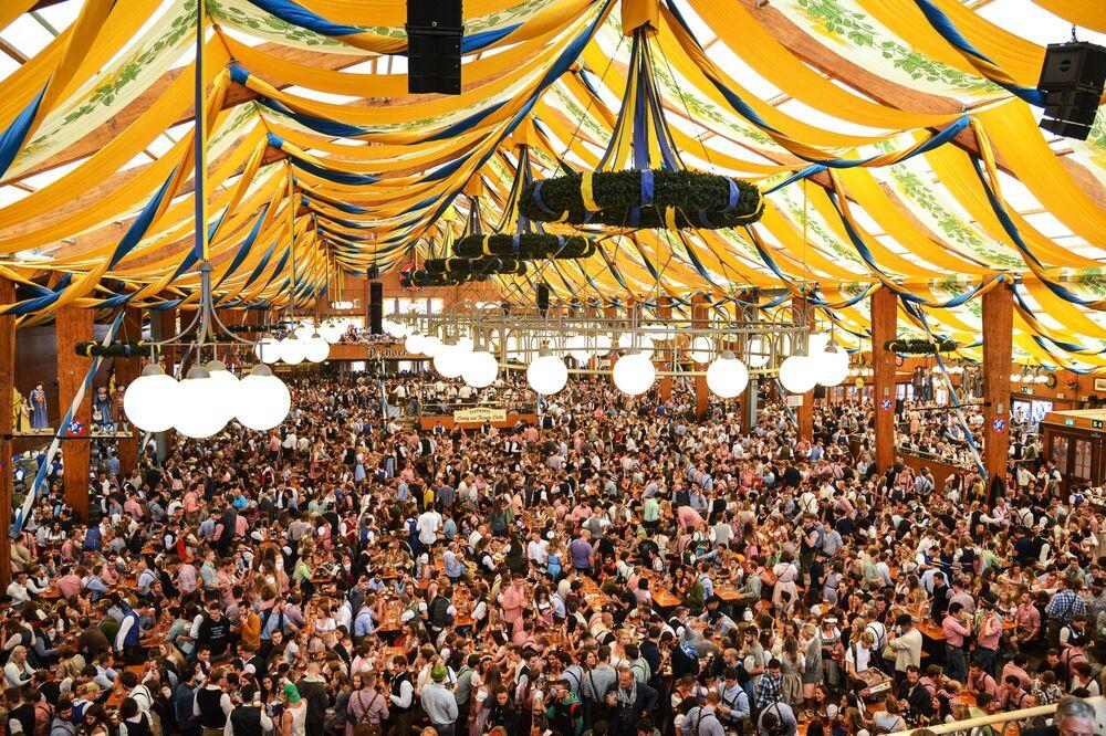 Visitantes se reúnem para a cerimônia de abertura do festival de cerveja Oktoberfest, em Munique, na Alemanha, em 22 de setembro de 2018