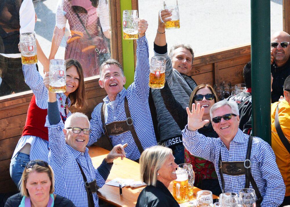 Visitantes posam para foto durante a cerimônia de abertura do festival de cerveja Oktoberfest, em Munique, na Alemanha, em 22 de setembro de 2018