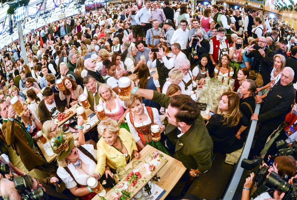 Visitantes participam da cerimônia de abertura do festival de cerveja Oktoberfest, em Munique, na Alemanha, em 22 de setembro de 2018