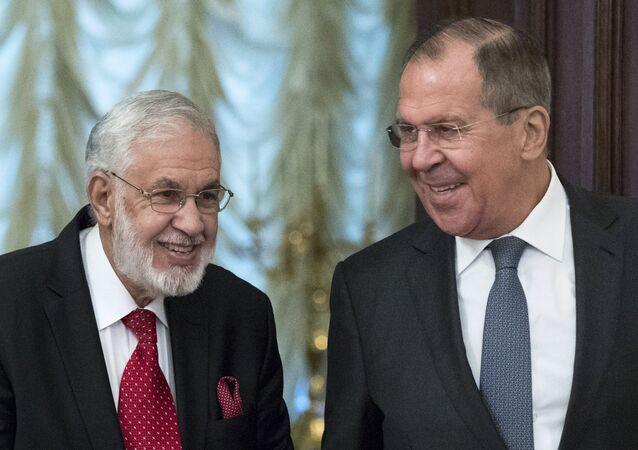 O ministro da Relações Exteriores da Rússia, Sergei Lavrov (à direita) ao lado do chanceler da Líbia, Mohamed Taha Siala, durante encontro realizado em Moscou em dezembro de 2017.