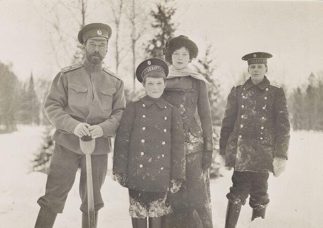 O imperador russo Nicolau II com as crianças em Tsarskoe Selo (Vila do Czar), 1915