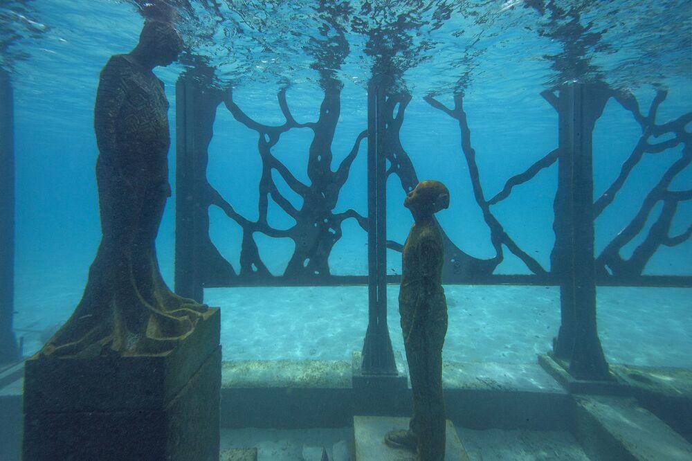 Esculturas de arte dentro da galeria Coralarium, do escultor britânico Jason deCaires Taylor, nas Maldivas