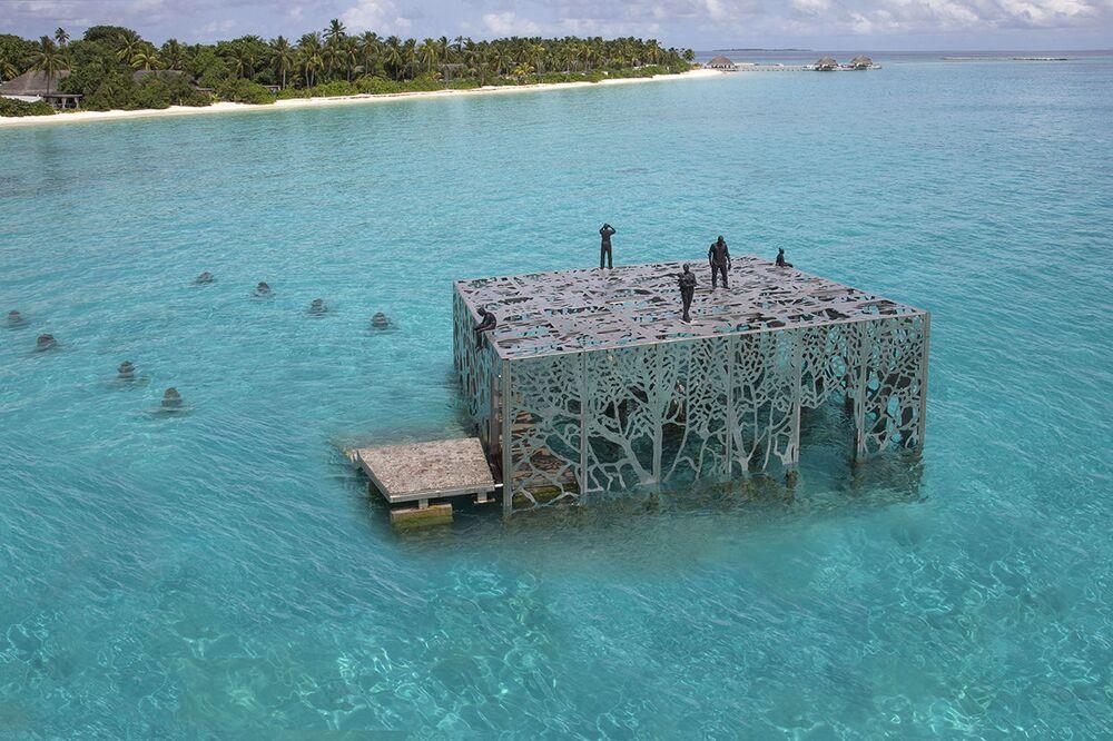 Estrutura porosa da galeria de arte semissubmersa, construída pelo escultor Jason deCaires Taylor nas ilhas Maldivas, permite a passagem de águas e peixes