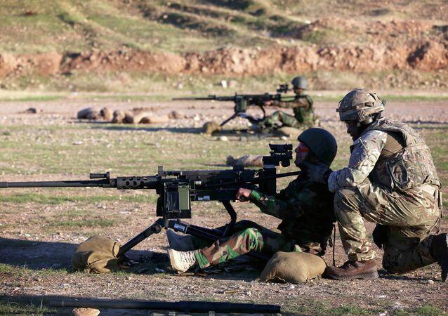 Instrutor britânico em treinamento com combatentes curdos iraquianos nos arredores de Arbil em novembro de 2014