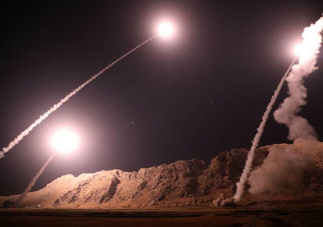 Lançamento de mísseis iranianos desde a cidade Kermanshah contra terroristas na margem leste do rio Eufrates na Síria, 1º de outubro de 2018