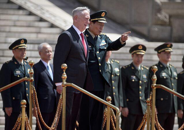 O secretário de Defesa dos EUA, Jim Mattis e o ministro da Defesa da China, Wei Fenghe juntos durante uma cerimônia de boas-vindas no Edifício Bayi, em Pequim.