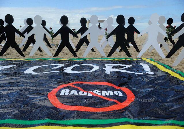 """Associação do Conselho Gestor de Esporte e Lazer do Estado do Rio de Janeiro (Ascagel), promove o ato """"A alma não tem cor. Não ao Racismo"""", na praia de Copacabana, no Rio de Janeiro."""