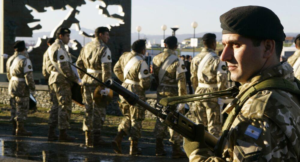 Soldados argentinos no Monumento aos Soldados Caídos durante a Guerra das Malvinas, Argentina, 2 de abril de 2007