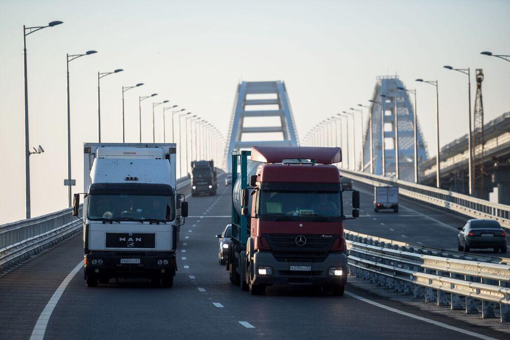 Caminhões passam pela Ponte da Crimeia, onde recentemente foram levantadas as restrições para veículos pesados