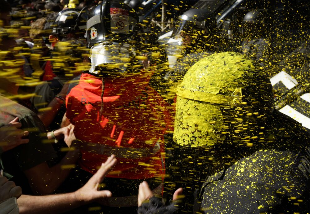 Apoiantes da independência catalã se confrontam com a polícia em Barcelona, na Espanha