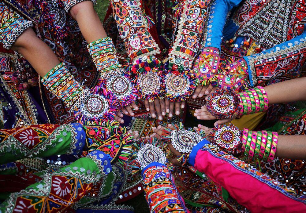Ensaio da dança nacional garba nas vésperas do festival hindu Navratri, na Índia