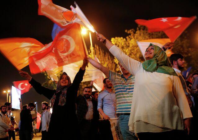 Apoiadores do Partido da Justiça e Desenvolvimento celebram vitória nas eleições parlamentarem em Istambul