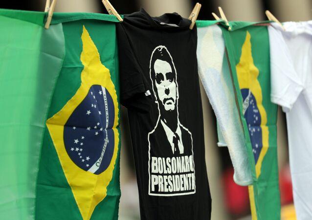Bandeiras do Brasil e camisetas com a imagem do candidato à presidência, Jair Bolsonaro